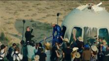 Haciendo historia: Jeff Bezos desciende de la nave New Shepard tras completar con éxito el viaje espacial