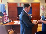 Renuncia directora de salud de Arizona, un día después de asegurar que seguiría recomendaciones de los CDC