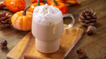 Prepara pumpkin spice latte tan rico que no volverás a comprarlo en la cafetería