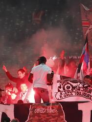 Toulouse (France), 31/03/2019.- Paris Saint Germain's supporters hold flags during the soccer ligue 1 match between Paris Saint Germain and Toulouse FC, Toulouse Southern France, 31 March 2019. (Francia) EFE/EPA/GUILLAUME HORCAJUELO