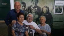 Un veterano de la II Guerra Mundial se reúne con niños a los que casi mató tras confundirlos con soldados alemanes