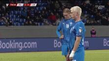 ¡GOL!  anota para Islandia. Albert Gudmundsson