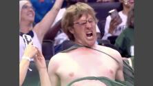 Momento Hulk: granjero se vuelve viral al destrozar su camiseta en un partido de baloncesto