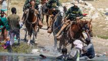 Las dramáticas imágenes de la 'migra' persiguiendo a caballo a haitianos en la frontera, que han generado múltiples reacciones