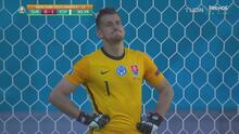 ¡Regalo! El portero de Eslovaquia hace un increíble autogol