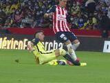 La polémica en el Clásico: Chivas se salva de dos posibles rojas