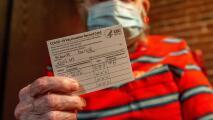 Los peligros que generan las tarjetas falsificadas de vacunación contra el coronavirus vendidas en internet