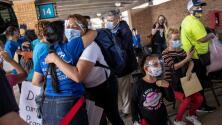 Casi 100 inmigrantes que buscan asilo y estaban varados en México cruzan legalmente a Brownsville, Texas