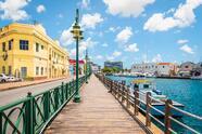 El paseo marítimo de Bridgetown en Barbados, con barcos y yates en el puerto.