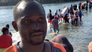 """""""Hemos recorrido 11 países para llegar a EEUU"""": miles de migrantes esperan bajo un puente en una remota zona fronteriza"""