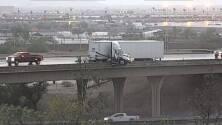 Cabina de semirremolque queda colgando de un puente en Phoenix