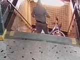 Revelan video de los sospechosos de tirar una bicicleta a las vías del subway en Queens