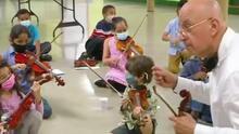 Orquesta de papel: profesor inspira y enseña música a los pequeños con este peculiar método