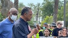 Decenas de personas exigen a la senadora Kyrsten Sinema que defienda el derecho al voto de los residentes de Arizona