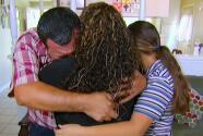 Padre de familia llora al saber que logró su residencia permanente y podrá visitar a su madre y la tumba de su papá