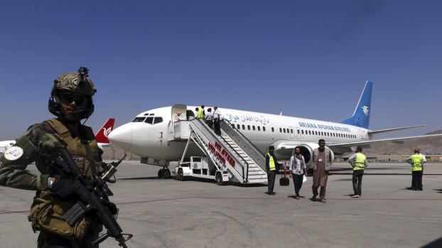 Los talibanes permiten salida de un vuelo con unos 200 extranjeros, incluidos estadounidenses
