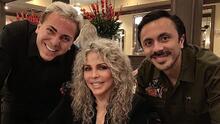 Verónica Castro comparte foto con sus hijos en su cumpleaños y se comenta su look con cabello platinado