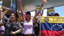 """""""Hoy comenzamos y mañana vamos por el remate"""": venezolanos en Broward celebran el inicio de la """"Operación Libertad"""""""