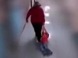 Arrastró por el suelo a un alumno con autismo y todo quedó grabado en video