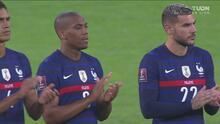 ¡Emotivo! Dedican aplausos a Jean-Pierre Adams en el Francia vs Finlandia