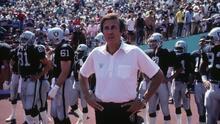 Tom Flores, primer entrenador latino en ser elegido al Salón de la Fama de la NFL