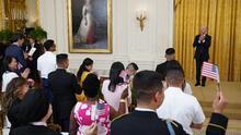 En víspera del 4 de Julio, Biden preside una ceremonia de juramentación y reitera la necesidad de una reforma migratoria