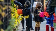 Sigue estas recomendaciones de expertos para celebrar Halloween de manera segura