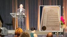 """""""No me lo merecía"""": doctor Joseph Varón gana premio humanitario de la ciudad de Houston"""