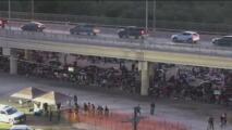 Miles de inmigrantes, incluyendo mujeres embarazadas y niños, acampan bajo el puente del Río Bravo