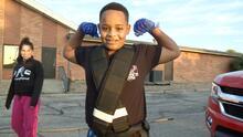 El niño más fuerte del mundo tiene 10 años y logró tirar él solo de dos camionetas pick-up