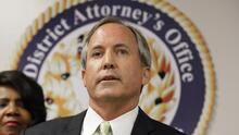 El procurador general de Texas Ken Paxton presentó una demanda en contra de varios distritos escolares por requerir el uso de tapabocas