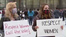 Decenas de personas protestan en Chicago exigiendo mejores condiciones laborales para las mujeres