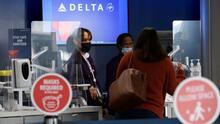 Delta Air Lines impondrá un recargo mensual de $200 a los empleados que no estén vacunados