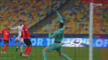 ¡Qué reacción! Trubin evita el gol del Real Madrid con una mano