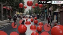 Cómo este artista llenó de color una de las calles más transitadas de Santiago