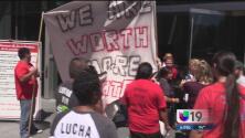 Trabajadores de comida rápida exigen aumento salarial