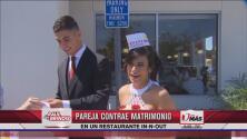 Pareja celebra boda en restaurante de hamburguesas