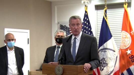 Bill de Blasio visita la cárcel de Rikers Island y asegura que debió cerrar hace mucho tiempo