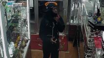 Este video muestra cómo un ladrón amenazó con un cuchillo al cajero de esta tienda