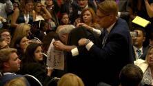 Sacan a un hombre de la rueda de prensa de Trump y Putin con un letrero sobre las armas nucleares