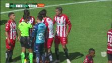 ¡Expulsión! El árbitro saca la roja directa a Ian González.