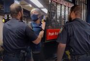 (VIDEO) Policía expulsa a la fuerza a hombre del Subway tras ser confrontado por no usar mascarilla