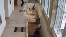 En video: Un hombre que estaba siendo juzgado salta desde el segundo piso de una corte