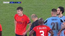 ¡Tarjeta Roja! Eduard Sobol recibe la segunda amarilla y se va del juego.