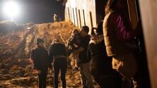 El dramático salto de la valla de familias migrantes para entregarse y pedir asilo a EEUU