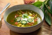 Caldo verde con elote, rajas y cilantro en 20 minutos