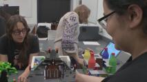 La robótica no es solo para hombres: estas 24 jóvenes hispanas así lo demuestran