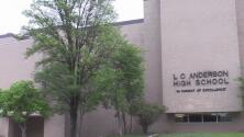 Autoridades investigan mensajes de odio reportados afuera de la preparatoria Anderson