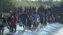 """""""Es desesperante, pero la necesidad nos obliga"""": miles de migrantes permanecen bajo un puente en Del Río, Texas"""