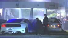 Dos vehículos se chocan con una funeraria en Miami mientras una familia despide a su ser querido